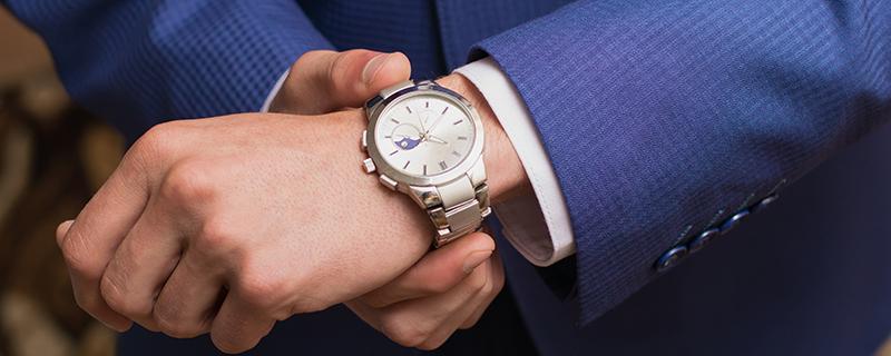 腕時計着けた人